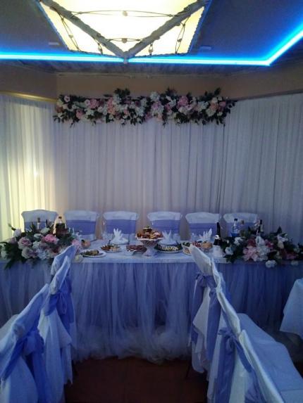 фото Святкове декорування весільного столу в подарунок для наречених!